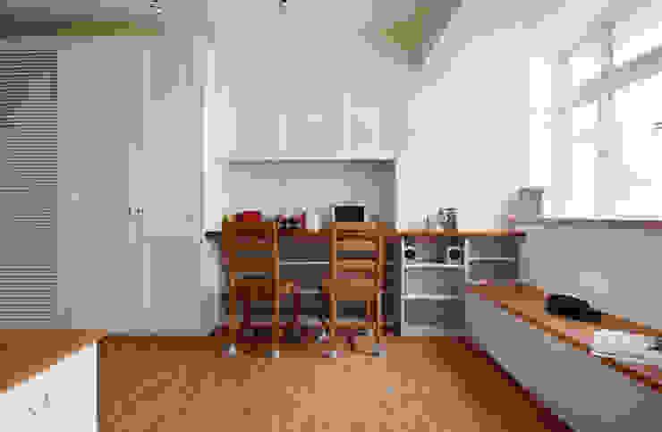 Wohnzimmer von 弘悅國際室內裝修有限公司,