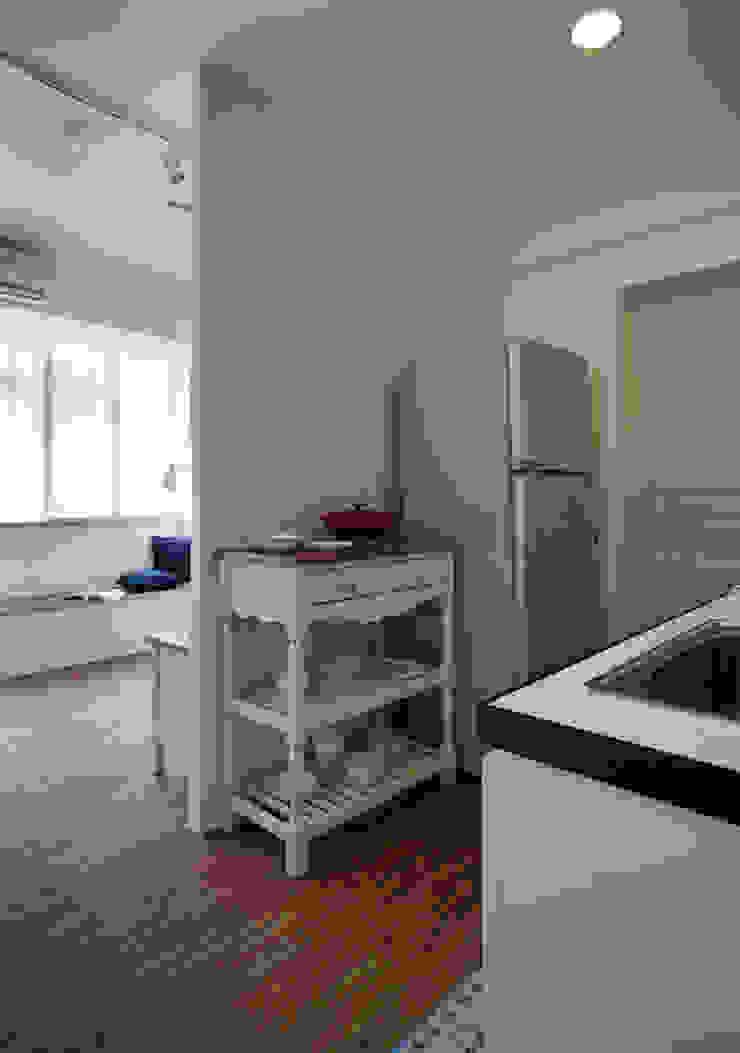 電視牆的背面兼作收納空間,單身女孩的廚房小巧可人 توسط 弘悅國際室內裝修有限公司 کانتری سیمان