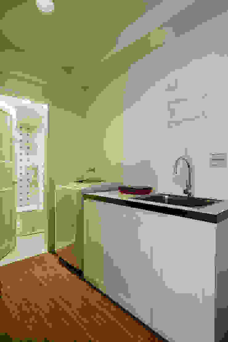 洗衣機與廚房很有日式的感覺,牆面留白增加日後變動的機動性 توسط 弘悅國際室內裝修有限公司 کانتری کاشی