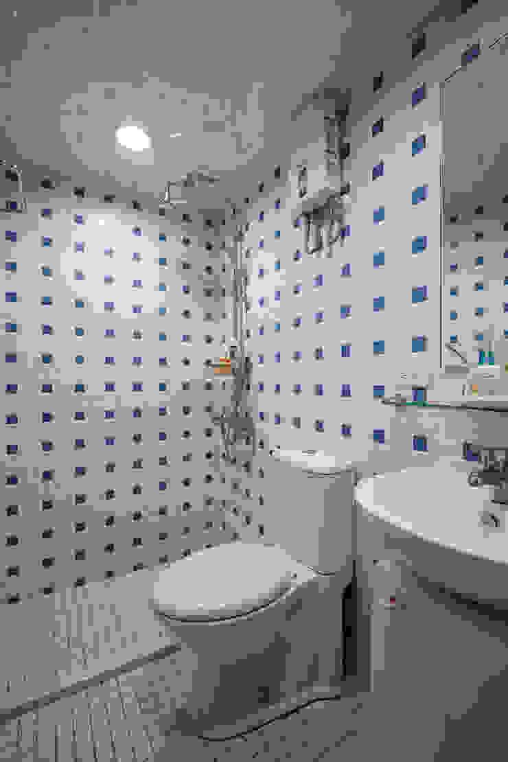 屋主偏好的藍色馬賽克,使用局部避免空間太過冷調 توسط 弘悅國際室內裝修有限公司 کانتری کاشی