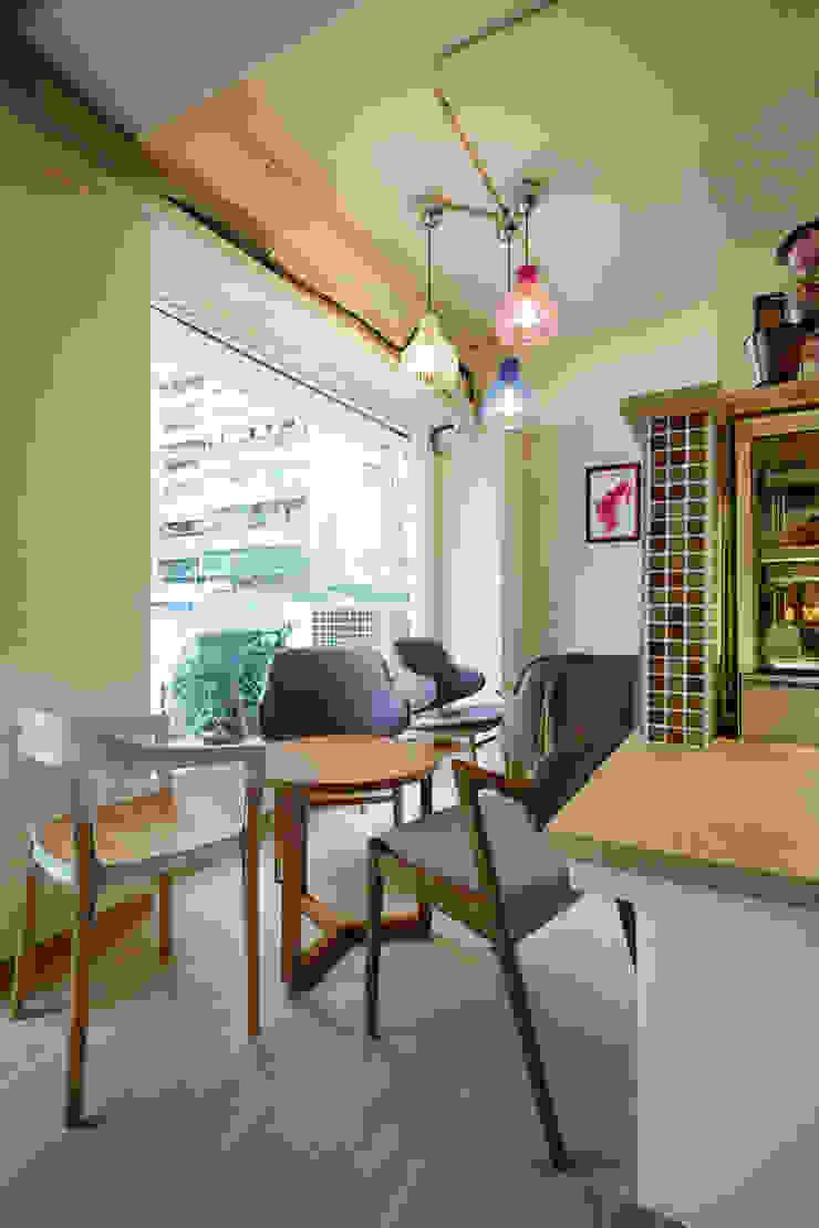 搭配燈具與磁磚,多彩的傢俱與配色 弘悅國際室內裝修有限公司 餐廳 磁磚 White