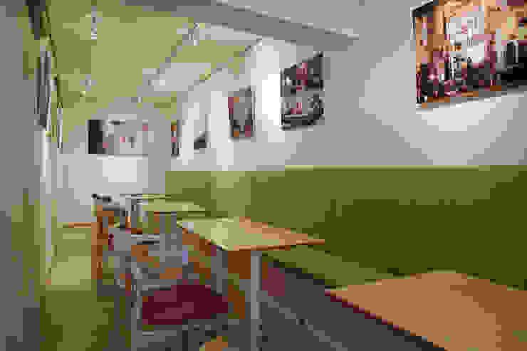連貫的大地綠色延伸視覺入內也增添空間的一抹清爽 弘悅國際室內裝修有限公司 餐廳 Green