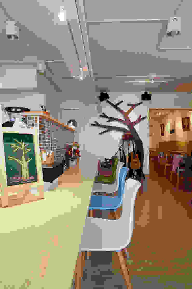 輕鬆的木色帶著北歐的風味,而背後的樹枝造型成為入眼的第一眼映像 弘悅國際室內裝修有限公司 餐廳 木頭 Wood effect