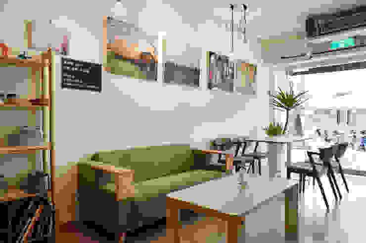 沙發與掛畫,掛畫出自本地藝術家之手,閒適的休閒感油然而生 弘悅國際室內裝修有限公司 餐廳 木頭 Green