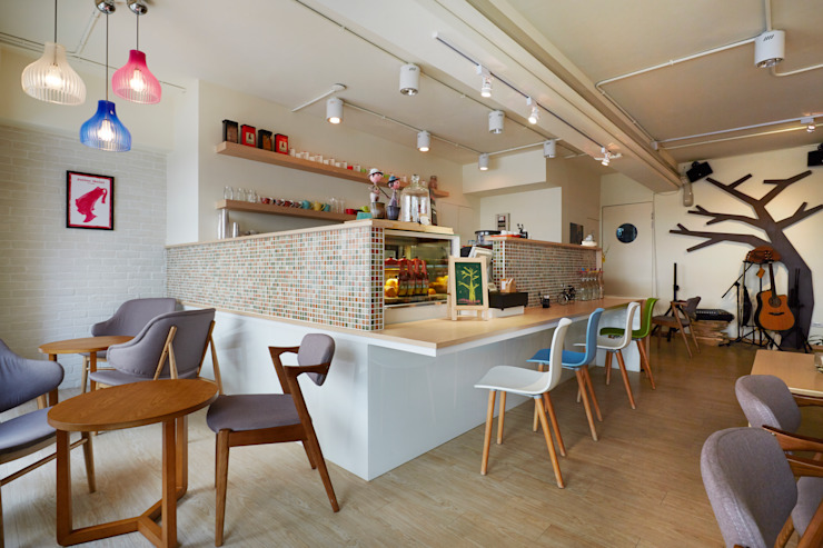 輕巧的吧檯也是營造顧客與經營者兼閒聊的一個媒介 弘悅國際室內裝修有限公司 餐廳 木頭 Wood effect