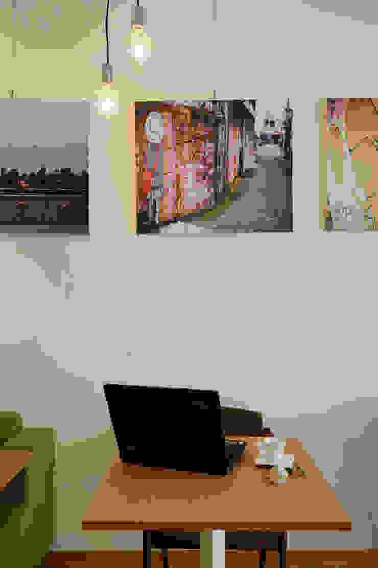 年輕藝術家的掛畫與作品增加空間中的質感 弘悅國際室內裝修有限公司 餐廳 水泥 White