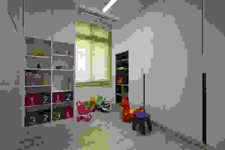 小孩遊戲室 兼 儲藏室~天花板上方加設儲藏空間~讓小房也可以達到最大儲藏空間 根據 品茉空間設計/夏川設計 地中海風 MDF