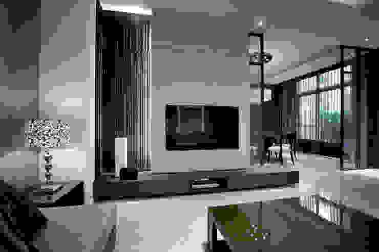 透過虛(屏風)與實(石材牆面)讓客廳與餐廳空間的連結與區隔 by 品茉空間設計(夏川設計) Asian Solid Wood Multicolored