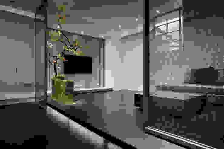 視聽室也是地下室的入口玄關,鐵件滑門搭配佈置變化了空間層次感以及趣味性 品茉空間設計(夏川設計) 視聽室 木頭 Black