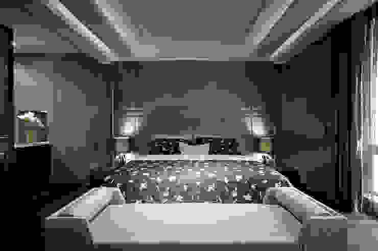 主臥強調燈光的溫和以及沒有壓迫感的舒適休息空間 Minimalist bedroom by 品茉空間設計(夏川設計) Minimalist Wood Wood effect