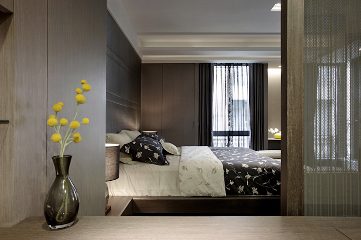 透過夾紗隔坪豐富了視覺感 Asian style bedroom by 品茉空間設計(夏川設計) Asian Wood Wood effect