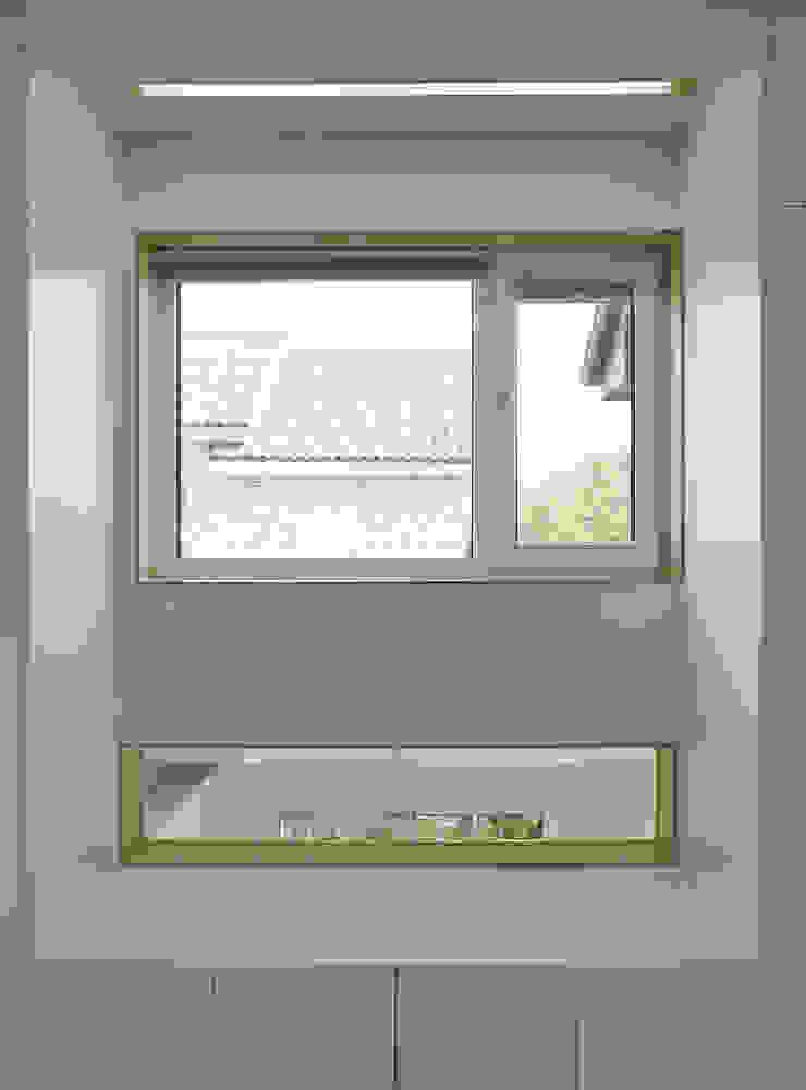 Modern windows & doors by 위빌종합건설 Modern