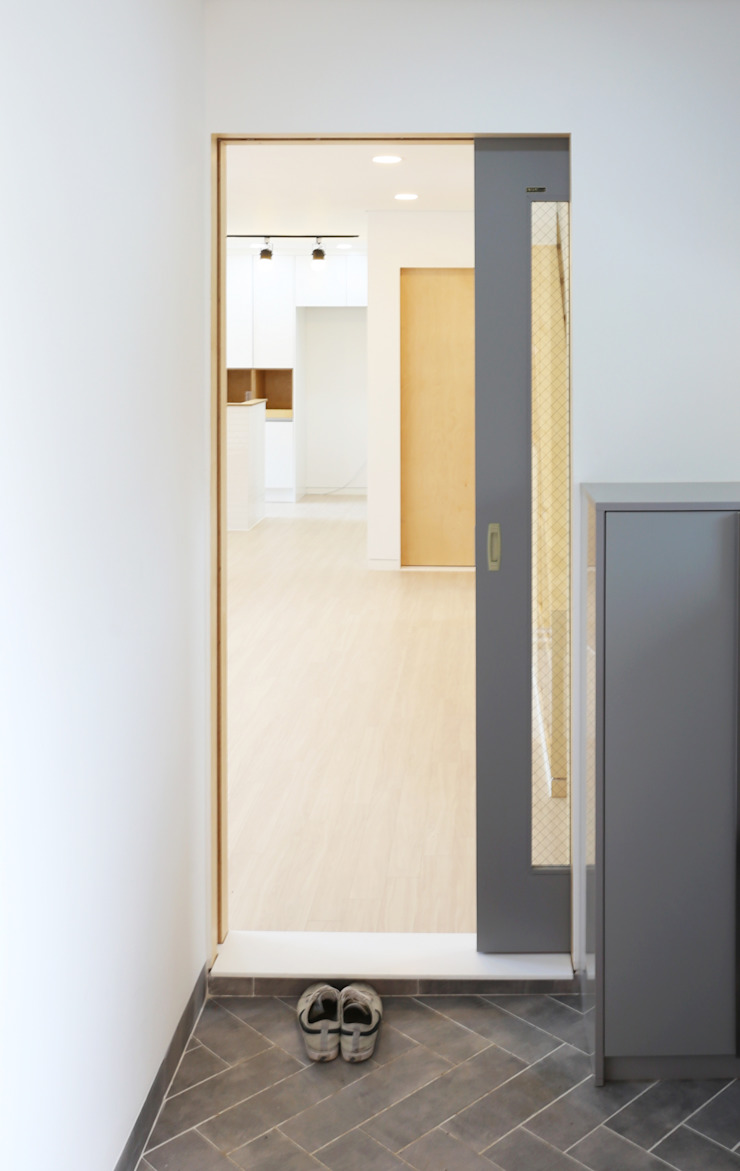 Modern Corridor, Hallway and Staircase by 위빌종합건설 Modern