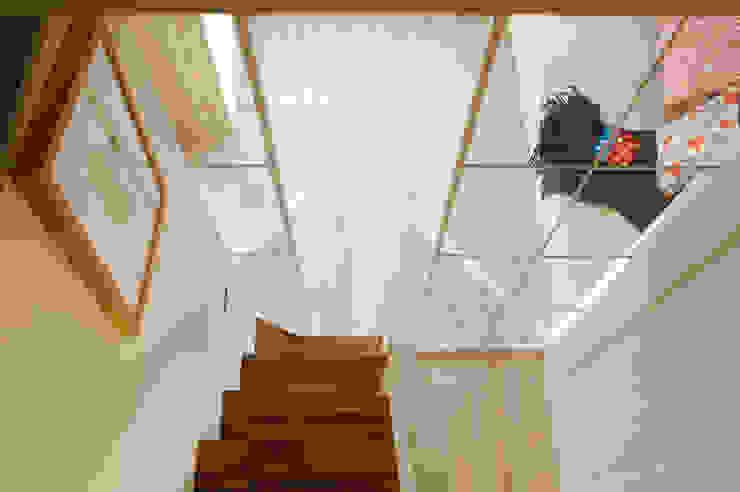 閣樓與梯階 一葉藍朵設計家飾所 A Lentil Design 斯堪的納維亞風格的走廊,走廊和樓梯