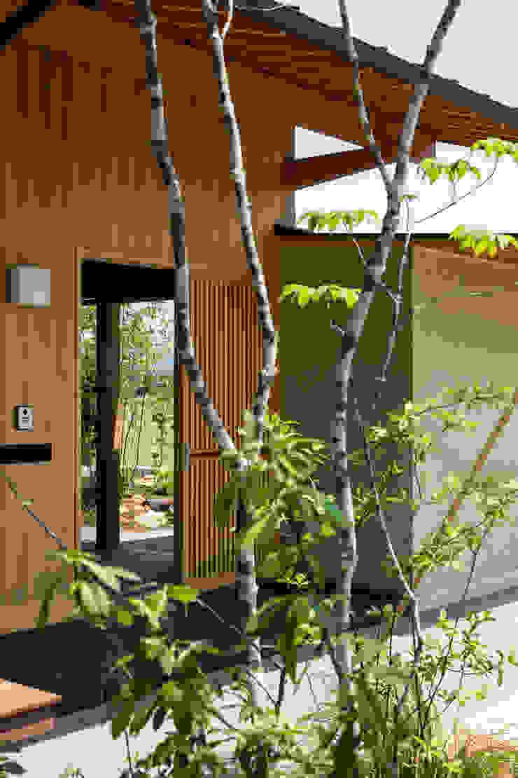 小笠原建築研究室 Modern Corridor, Hallway and Staircase Wood Beige