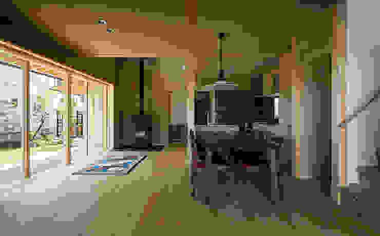小笠原建築研究室 Modern living room Solid Wood Beige