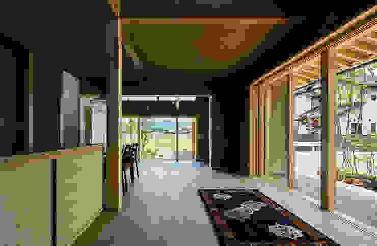 小笠原建築研究室 Modern living room Wood Beige