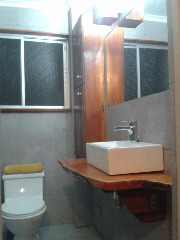 Mueble rústico para vanitorio de Araya-Paillas Arquitectura Integral Rústico Madera maciza Multicolor
