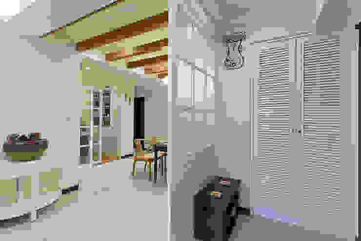 燈光的穿透噴砂玻璃營造溫馨的光線 經典風格的走廊,走廊和樓梯 根據 弘悅國際室內裝修有限公司 古典風 玻璃