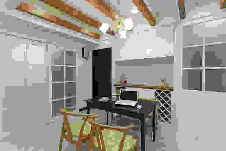 Dining room by 弘悅國際室內裝修有限公司, Classic Wood Wood effect