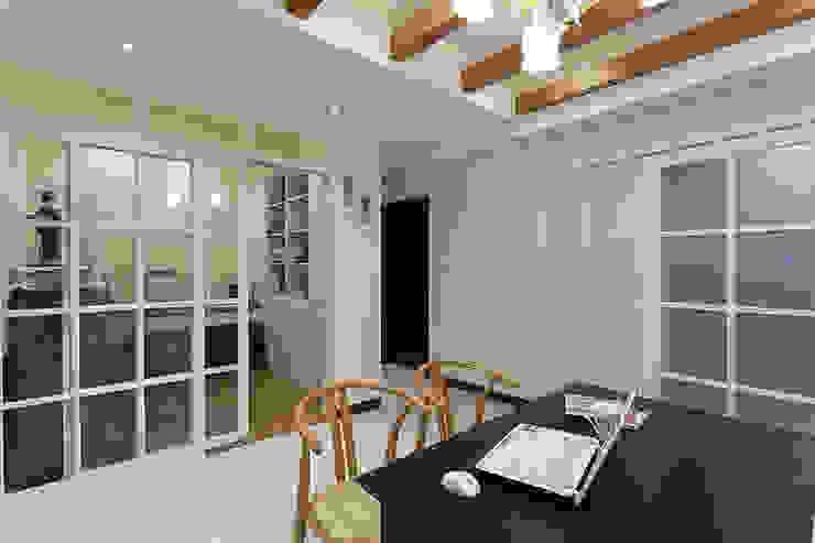 雙面櫃增加室內的收納體積與過道的表情 根據 弘悅國際室內裝修有限公司 古典風 木頭 Wood effect