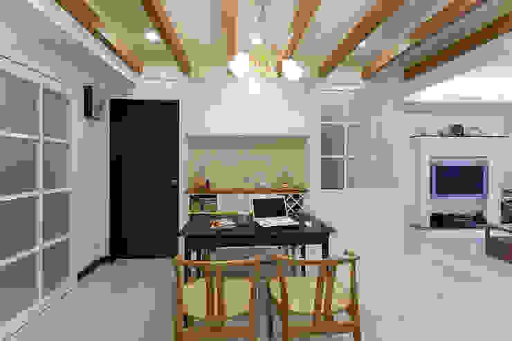 不同的線條區隔不同的空間屬性,餐廳的餐櫃同時也兼具收納的實用性 根據 弘悅國際室內裝修有限公司 古典風 木頭 Wood effect