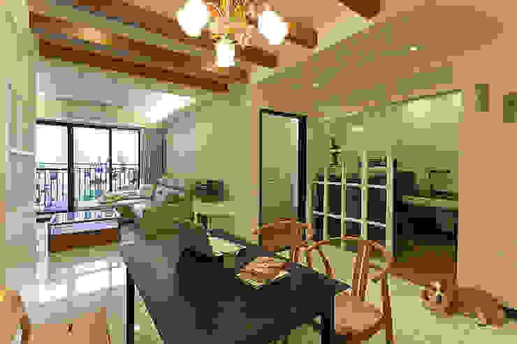 書房兼練琴室說明了屋主的氣質非凡 根據 弘悅國際室內裝修有限公司 古典風 玻璃