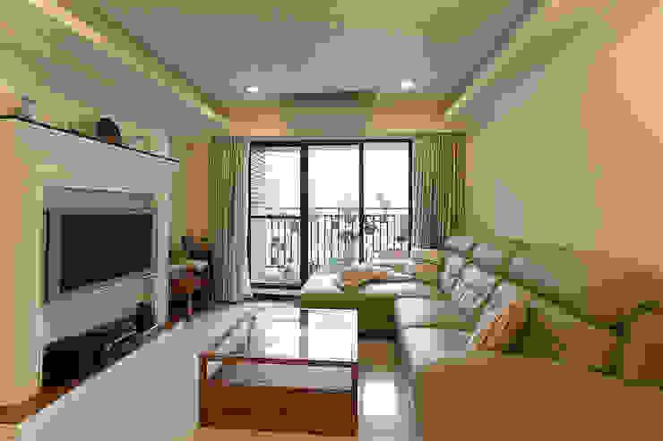 面積不小的陽台讓花草植物增添花園的感覺 根據 弘悅國際室內裝修有限公司 古典風 塑木複合材料