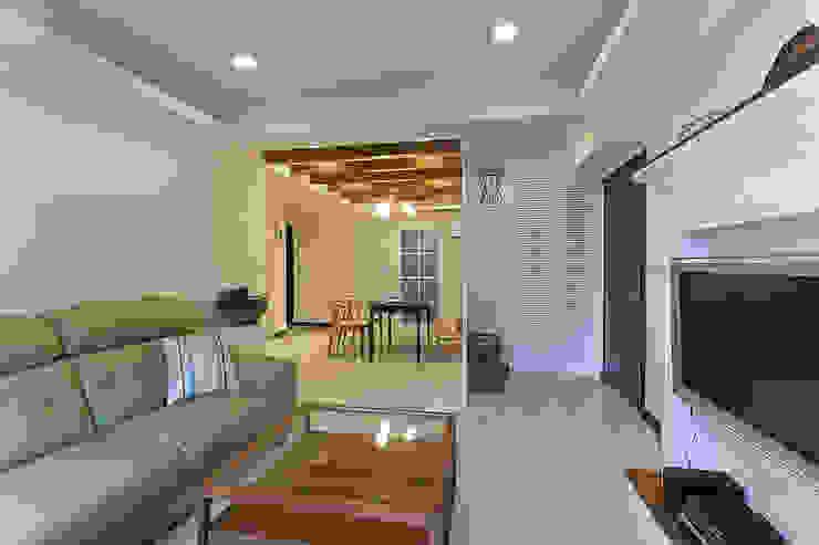 風水這事見仁見智,但經過玄關引領至客廳也是一個不錯的選項 經典風格的走廊,走廊和樓梯 根據 弘悅國際室內裝修有限公司 古典風 木頭 Wood effect