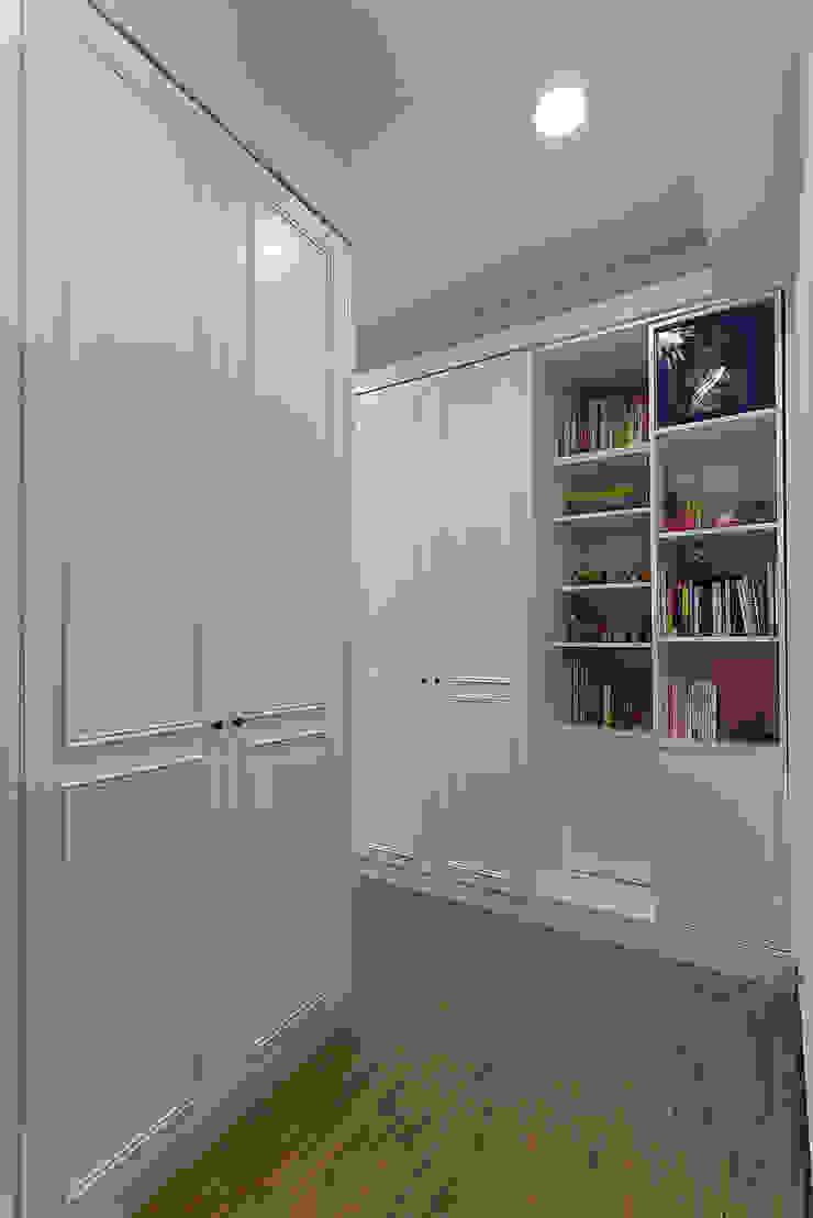大量的收納滿足女孩兒的衣櫃 根據 弘悅國際室內裝修有限公司 古典風 木頭 Wood effect