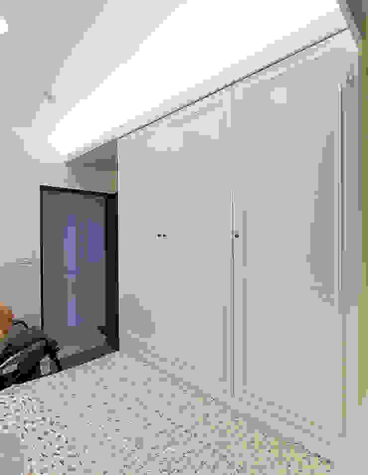 小空間的衣物收納,減少居室空間的憋簇感 根據 弘悅國際室內裝修有限公司 古典風 木頭 Wood effect