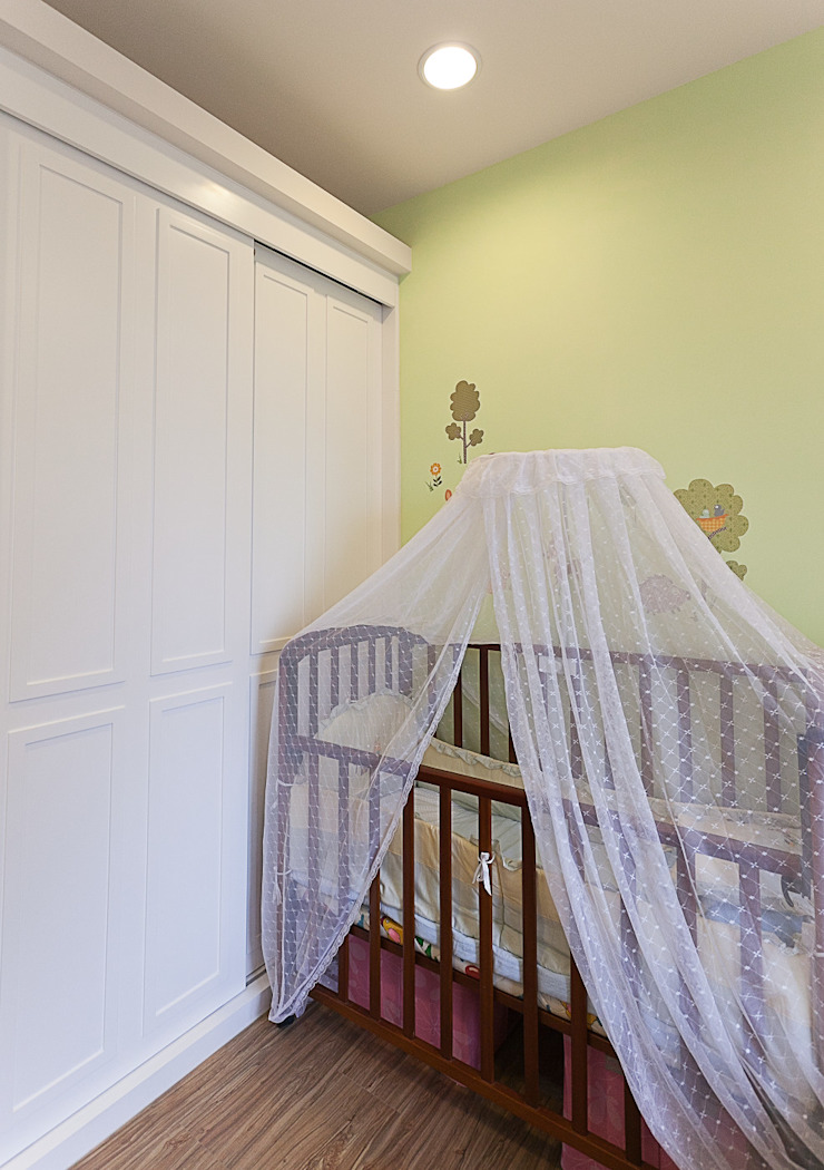 空間需求上將衣櫃做橫拉門,換取較大的收納及使用空間 根據 弘悅國際室內裝修有限公司 古典風 木頭 Wood effect