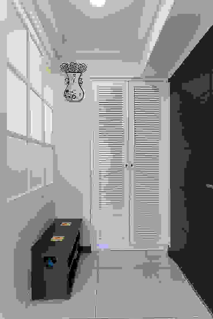 百業造型鞋櫃除了透氣的實用性也增加是學上的變化 經典風格的走廊,走廊和樓梯 根據 弘悅國際室內裝修有限公司 古典風 木頭 Wood effect