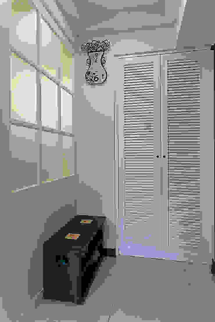 透過室內的光線讓回家的人一眼就能感受到溫暖 經典風格的走廊,走廊和樓梯 根據 弘悅國際室內裝修有限公司 古典風 木頭 Wood effect