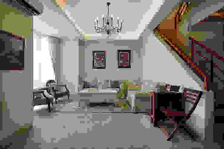 偌大的客廳,沒有更改當地盛產的地才,只有輕鬆寫意的擺放 根據 弘悅國際室內裝修有限公司 鄉村風 水泥