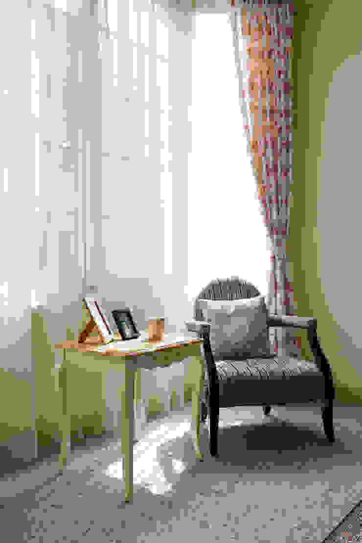 古典柔軟的傢俱搭配碎花窗簾迎著大面積的八角窗,營造輕鬆典雅的氛圍 根據 弘悅國際室內裝修有限公司 鄉村風 水泥
