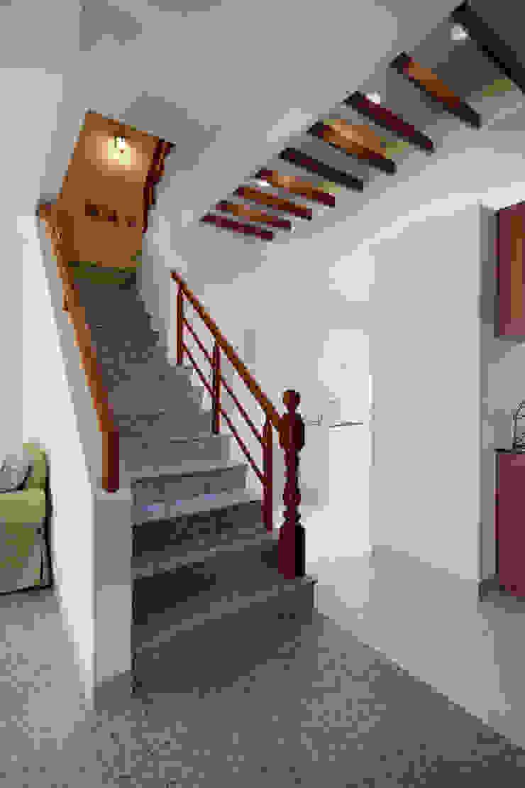 通往餐廳的過道,使用天花板木作隔柵作為界定,把單調的天花板形塑得更豐富 乡村风格的走廊,走廊和楼梯 根據 弘悅國際室內裝修有限公司 鄉村風 木頭 Wood effect