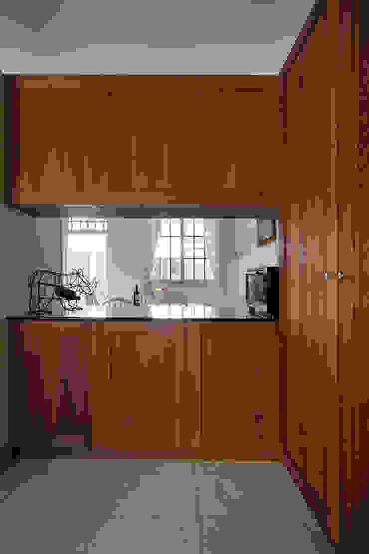 透過中空櫃既不影響光線與穿透感,也能讓用餐區與客廳有所連結 根據 弘悅國際室內裝修有限公司 鄉村風 木頭 Wood effect