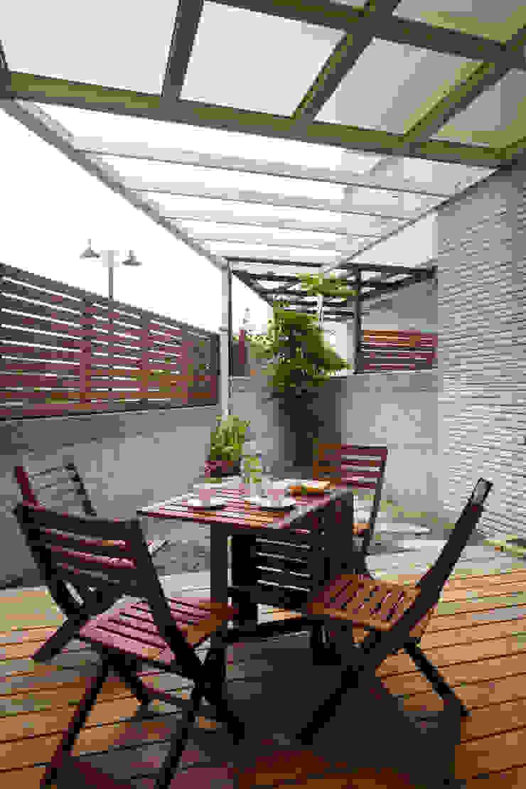 戶外區既能夠享受花蓮的好山好水好空氣,也增添隨意用餐的舒適感 根據 弘悅國際室內裝修有限公司 鄉村風 實木 Multicolored