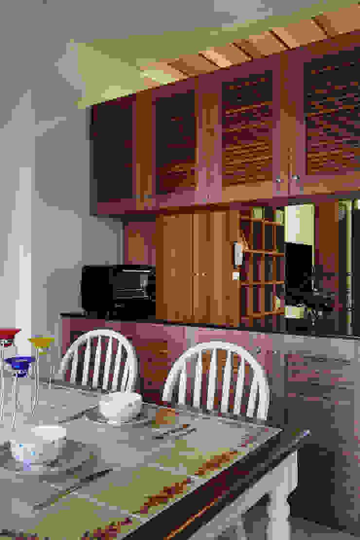 透過中空高櫃與客廳做出連結,表面上是各自獨立,實際上又能帶著若即若離的接觸 根據 弘悅國際室內裝修有限公司 鄉村風 木頭 Wood effect