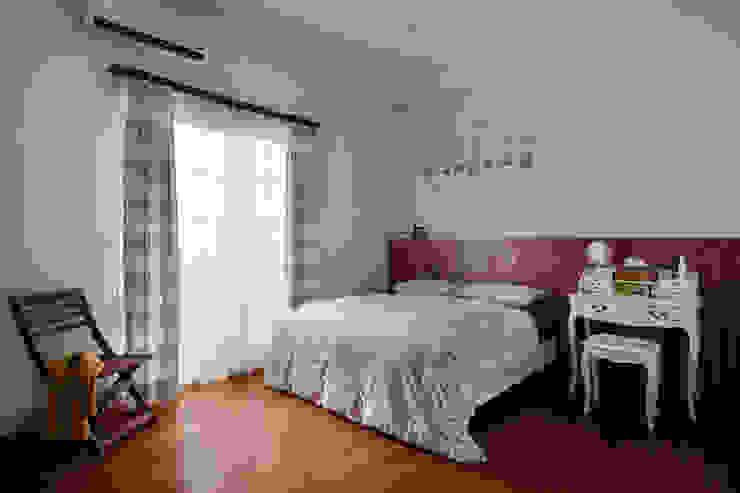 簡單的床板與床頭的顏色營造輕鬆的休憩氛圍,溫暖、簡單而又輕鬆寫意 根據 弘悅國際室內裝修有限公司 鄉村風 水泥