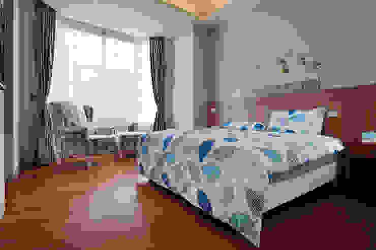 大面積的窗引進了室外的光線,適合使用更為成熟的藍色 根據 弘悅國際室內裝修有限公司 鄉村風 水泥