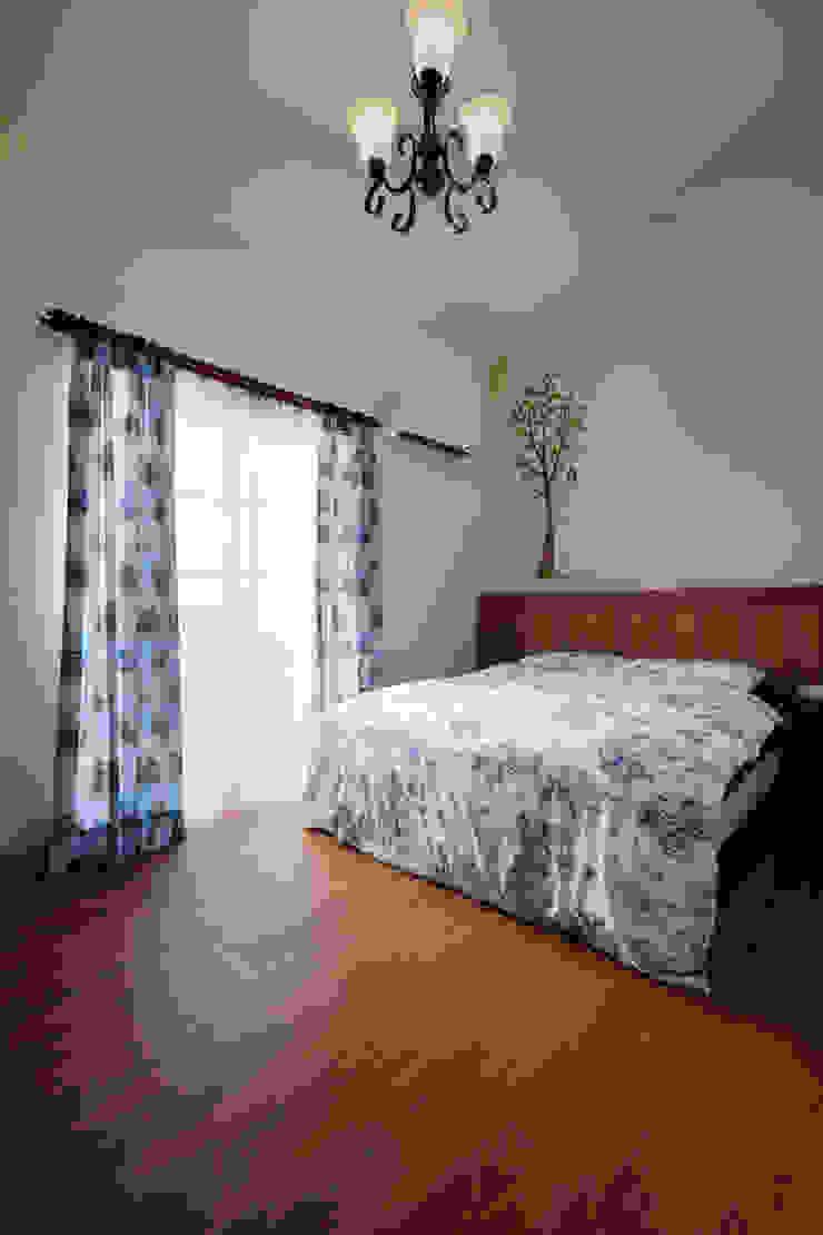 少有的斜屋頂,在這使用簡單的線條勾勒清爽舒適的空間感 根據 弘悅國際室內裝修有限公司 鄉村風 水泥