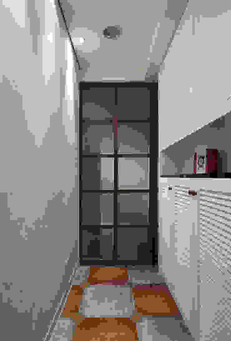 典雅的鞋櫃搭配凹凸的牆面,只用光線呈現不同的韻味 乡村风格的走廊,走廊和楼梯 根據 弘悅國際室內裝修有限公司 鄉村風 木頭 Wood effect