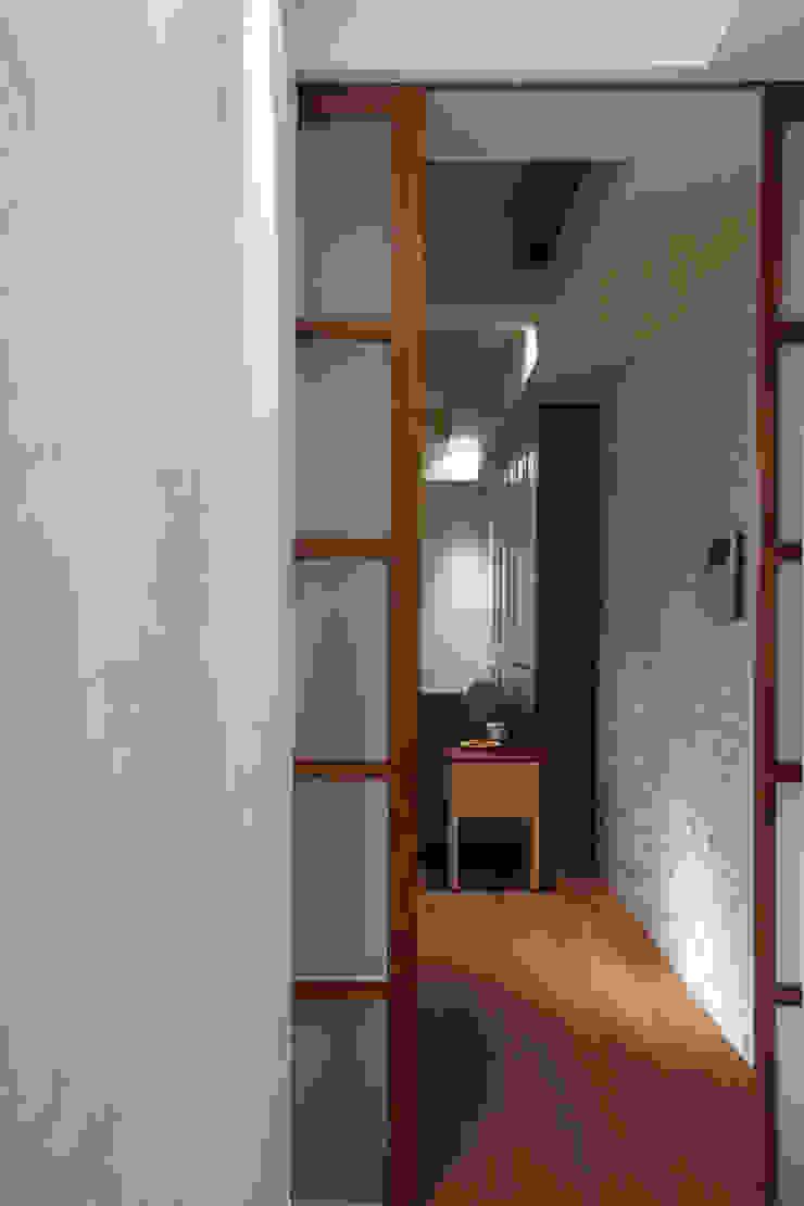 建物本身狹長的廊道利用玻璃拉門遮掩起來,一是減少空間廊道的陰暗感,二來增加居家生活的私密性 乡村风格的走廊,走廊和楼梯 根據 弘悅國際室內裝修有限公司 鄉村風 木頭 Wood effect