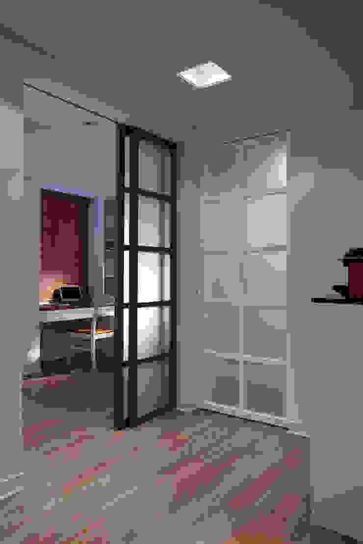 透過不同顏色的門片增加空間的趣味,而引進戶外的光線也增加室內的通透感 根據 弘悅國際室內裝修有限公司 鄉村風 玻璃