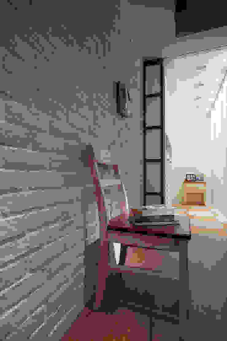 磚牆的紋理一直有令人說不出的溫暖,簡單而具有質感 乡村风格的走廊,走廊和楼梯 根據 弘悅國際室內裝修有限公司 鄉村風 磚塊