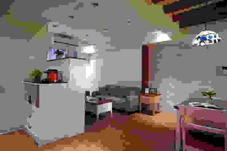 為了居家零散多樣的物件收納,沙發背櫃可以收納不常存取的物件 根據 弘悅國際室內裝修有限公司 鄉村風 MDF