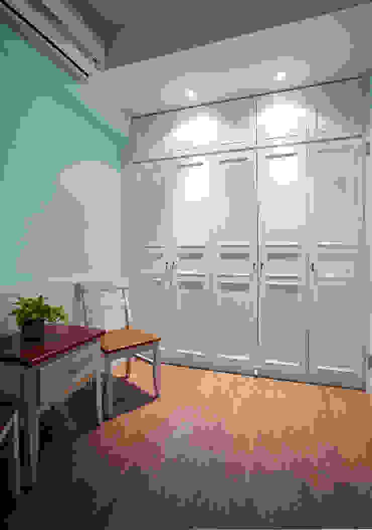 整體搭配簡單典雅,利用充滿童趣的顏色豐富空間表情 根據 弘悅國際室內裝修有限公司 鄉村風 水泥