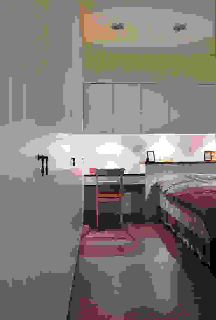 在這空間之中我們將所有的衛浴空間隱藏起來,營造居室的一體性 根據 弘悅國際室內裝修有限公司 鄉村風 MDF